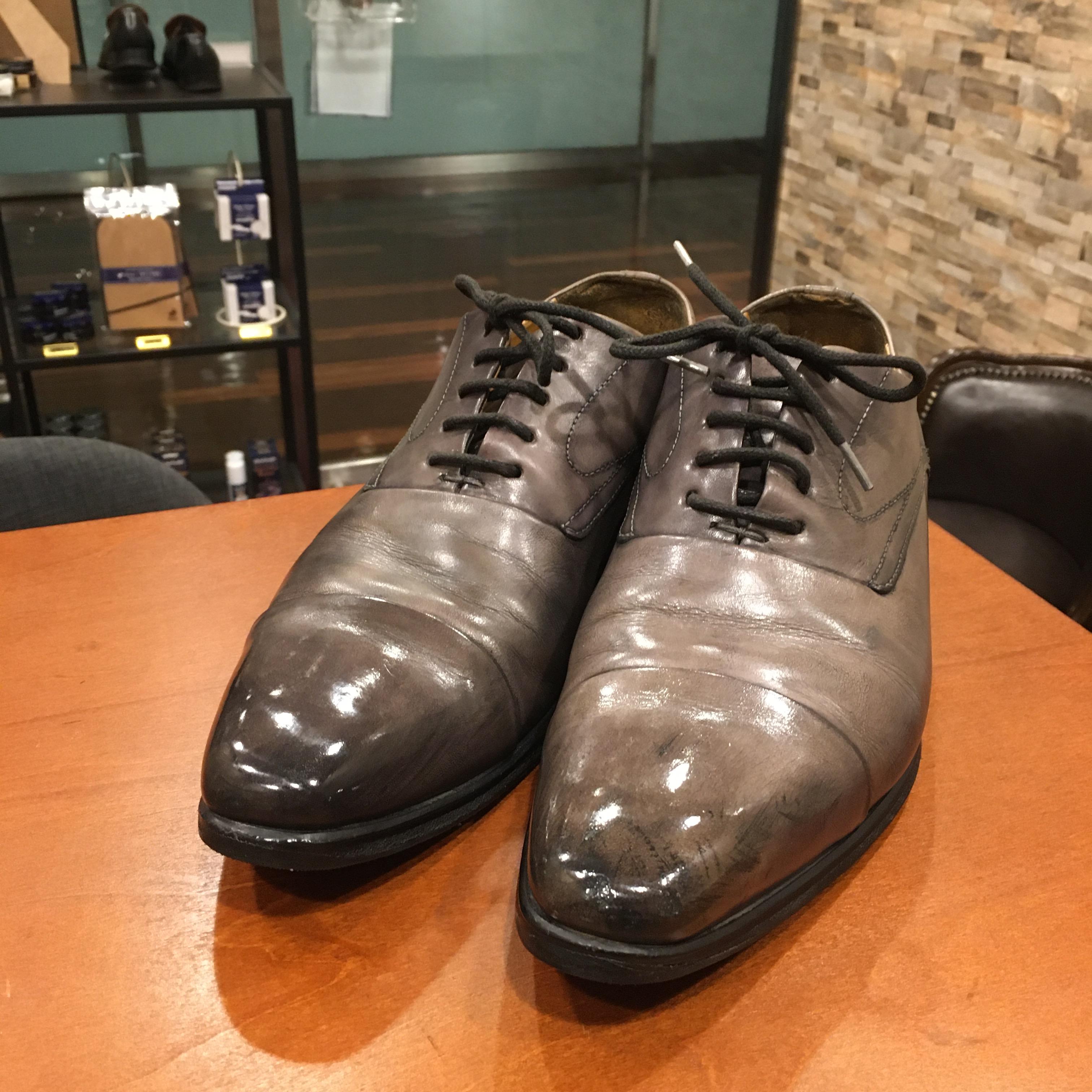 グレーの革靴に黒色のクリームを塗ってしまった!色を出来るだけ抜いて本来の色味に戻したお話