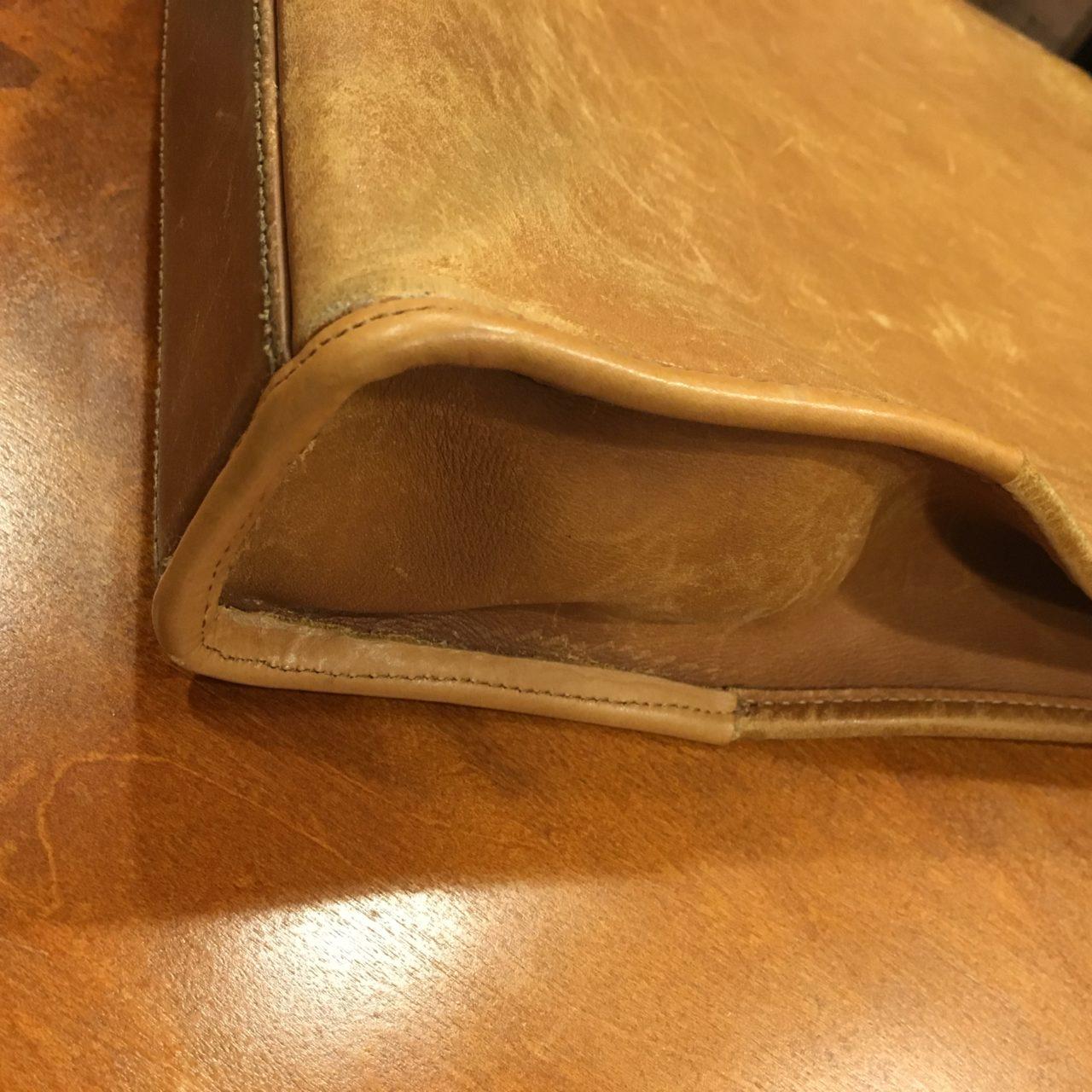 鞄のパイピング(角破れ)修理を行いました。